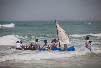 עולים על הגל - הילדים בפעילות בים